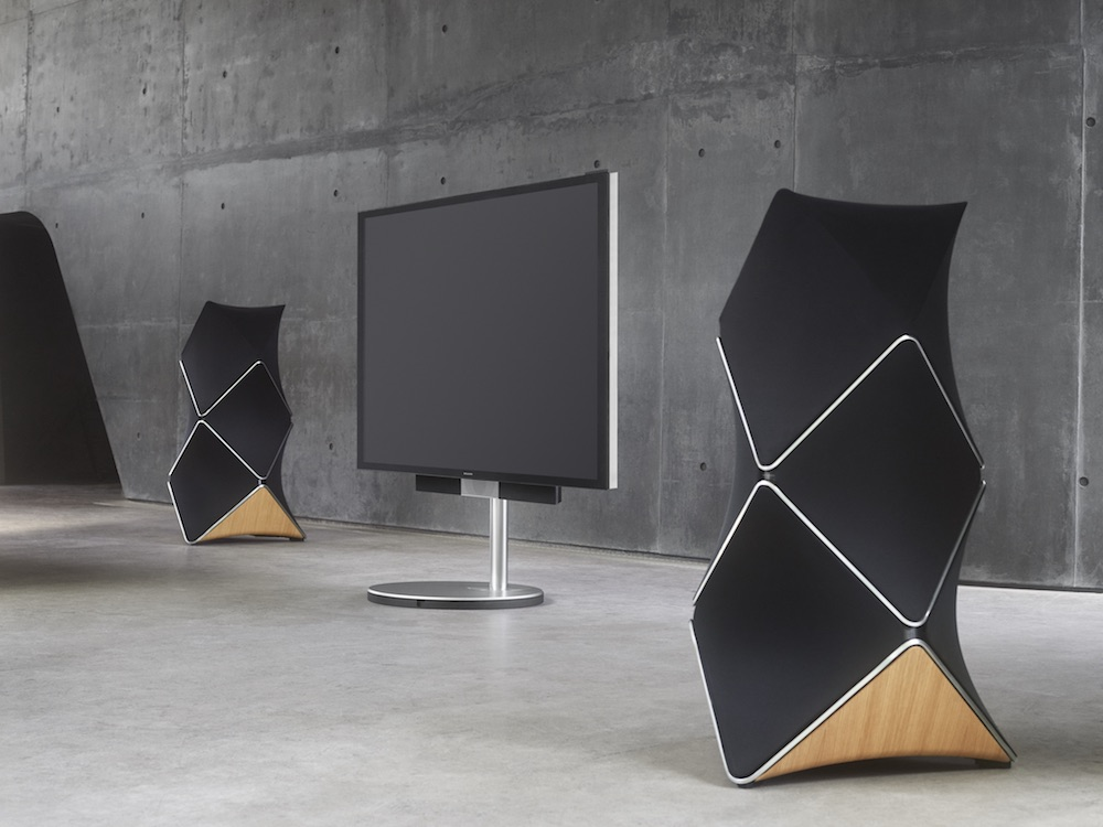 Stereo pair of Beolab 90 with flatscreen
